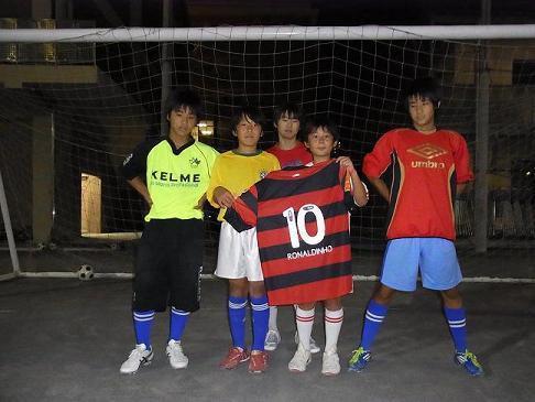 荒川コラソンFC U-15の選手達とプレゼントされたユニホ-ム
